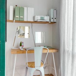 Cette photo montre un bureau tendance avec un mur blanc, un sol en bois clair, un bureau indépendant et un sol beige.