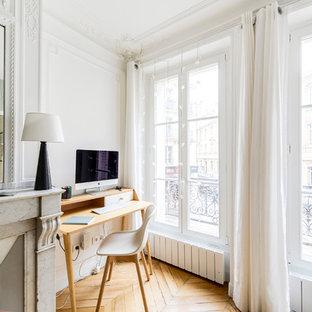 Exemple d'un bureau chic de taille moyenne avec un sol en bois clair, une cheminée standard, un bureau indépendant, un sol marron, un mur gris et un manteau de cheminée en pierre.