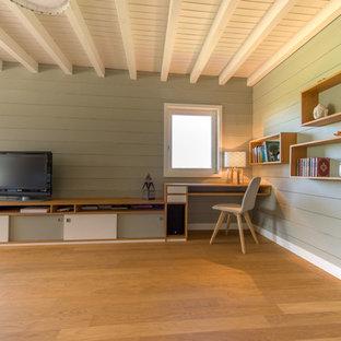Cette photo montre un grand bureau scandinave avec un mur gris, un sol en bois clair et un poêle à bois.