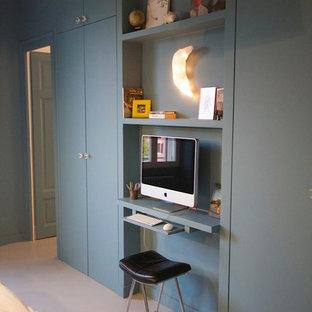 Inspiration pour un petit bureau design avec un bureau intégré et un mur gris.