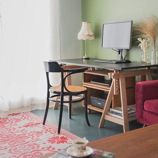 パリの小さいトランジショナルスタイルのおしゃれなホームオフィス・書斎 (緑の壁、濃色無垢フローリング、自立型机、青い床) の写真
