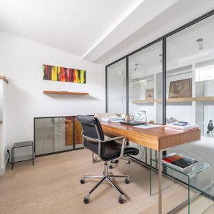 Cette photo montre un bureau tendance avec un plafond voûté.