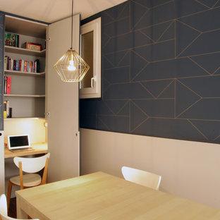 На фото: со средним бюджетом маленькие рабочие места в скандинавском стиле с серыми стенами, светлым паркетным полом и встроенным рабочим столом без камина