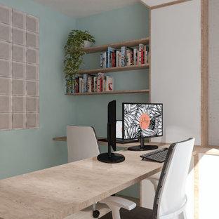 リヨンの中くらいのインダストリアルスタイルのおしゃれなクラフトルーム (白い壁、淡色無垢フローリング、造り付け机、白い床、格子天井、板張り壁) の写真