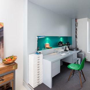 Aménagement d'un bureau contemporain avec un bureau indépendant.