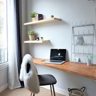 Inspiration för ett mellanstort funkis hemmabibliotek, med grå väggar, heltäckningsmatta, ett inbyggt skrivbord och beiget golv