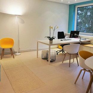 他の地域の中サイズのコンテンポラリースタイルのおしゃれな書斎 (マルチカラーの壁、リノリウムの床、自立型机) の写真