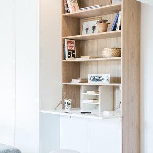 Cette photo montre un bureau scandinave avec un mur blanc, moquette, un bureau intégré et un sol gris.