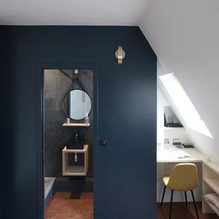 Ispirazione per un piccolo ufficio contemporaneo con pareti blu, pavimento in terracotta, scrivania incassata e pavimento marrone