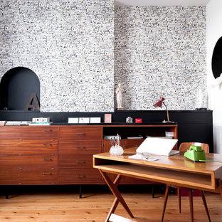 Exemple d'un grand bureau tendance avec un mur multicolore, un sol en bois brun et un bureau indépendant.