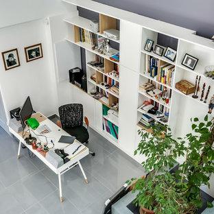 パリの小さいコンテンポラリースタイルのおしゃれな書斎 (グレーの壁、セラミックタイルの床、暖炉なし、自立型机、グレーの床) の写真