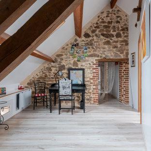 ディジョンの中サイズのカントリー風おしゃれな書斎 (白い壁、ラミネートの床、暖炉なし、自立型机、グレーの床) の写真