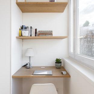Inspiration pour un petit bureau nordique avec un mur blanc, un sol en bois brun, aucune cheminée et un bureau intégré.