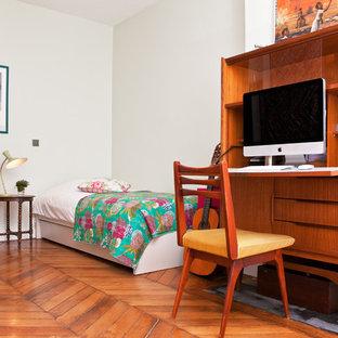 Inspiration pour un bureau vintage de taille moyenne avec un mur blanc, un sol en bois brun et un bureau indépendant.