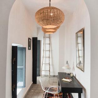 Idée de décoration pour un bureau méditerranéen avec un mur blanc, un bureau indépendant et un sol gris.