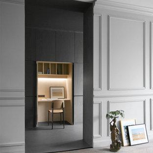 Aménagement d'un petit bureau contemporain avec un mur gris et un bureau intégré.
