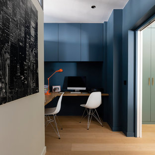 パリの中くらいのコンテンポラリースタイルのおしゃれな書斎 (青い壁、淡色無垢フローリング、造り付け机) の写真