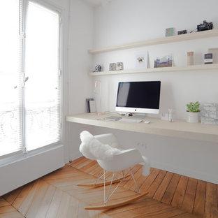 Cette photo montre un bureau scandinave de taille moyenne avec un mur blanc, un sol en bois brun, aucune cheminée et un bureau intégré.