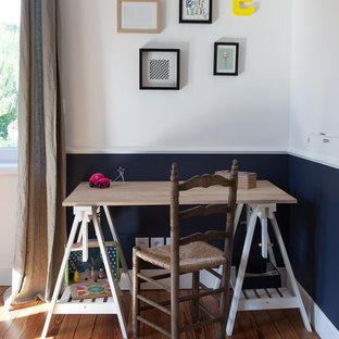 Aménagement d'un petit bureau scandinave avec un mur blanc, un sol en bois brun et un bureau indépendant.