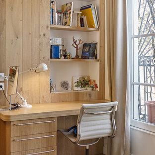 Exemple d'un bureau scandinave de taille moyenne avec un mur blanc, un sol en bois clair et un bureau intégré.