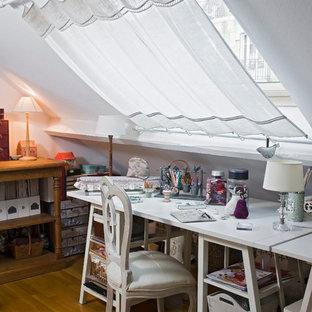 Идея дизайна: кабинет среднего размера в стиле шебби-шик с местом для рукоделия, белыми стенами, паркетным полом среднего тона и отдельно стоящим рабочим столом
