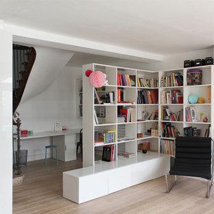 Idée de décoration pour un bureau bohème de taille moyenne avec un mur blanc, un sol en bois brun, une cheminée standard, un manteau de cheminée en pierre et un bureau indépendant.