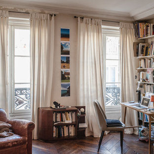Réalisation d'un bureau bohème avec un mur beige, un sol en bois foncé, un bureau indépendant et un sol marron.