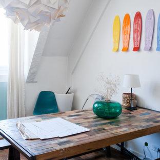 Idées déco pour un bureau contemporain de type studio avec un mur blanc, un sol en bois foncé, un bureau indépendant et un sol marron.