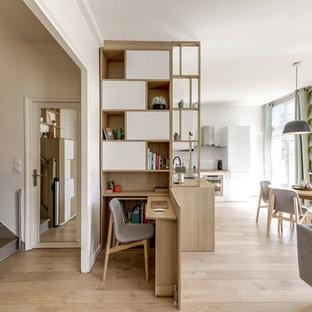 На фото: кабинет среднего размера в скандинавском стиле с белыми стенами, светлым паркетным полом, встроенным рабочим столом и бежевым полом без камина с