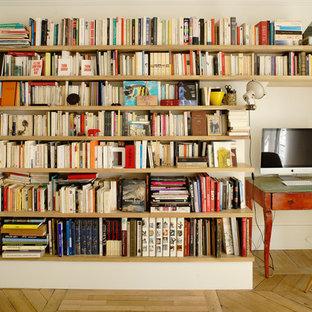 Exemple d'un bureau tendance de taille moyenne avec un mur beige, un sol en bois clair, un bureau indépendant et un sol beige.