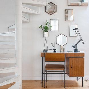 Idée de décoration pour un petit bureau bohème avec un mur blanc, un sol en bois clair, aucune cheminée et un bureau indépendant.