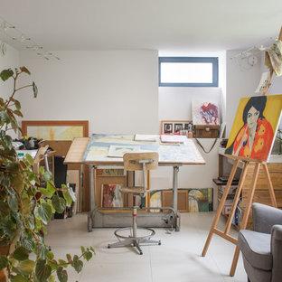 Inspiration pour un bureau urbain de taille moyenne et de type studio avec un mur blanc, un sol en carrelage de céramique, aucune cheminée et un bureau indépendant.