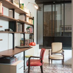 Inspiration pour un bureau urbain avec un mur blanc, un sol en carrelage de céramique, aucune cheminée et un bureau intégré.