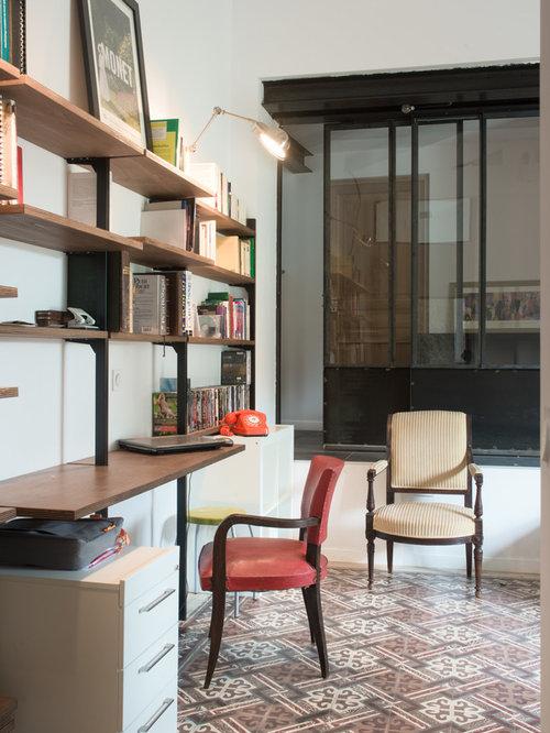 Inspiration pour un bureau urbain avec un mur blanc un sol en carrelage de céramique