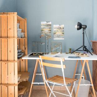 モンペリエのカントリー風おしゃれなクラフトルーム (青い壁、自立型机、ピンクの床) の写真