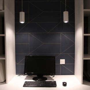 Idée de décoration pour un bureau nordique de taille moyenne avec un mur bleu, un sol en carrelage de céramique, aucune cheminée, un bureau intégré et un sol blanc.