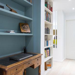 Idées déco pour un petit bureau scandinave avec un mur bleu, un sol en bois clair et un bureau indépendant.