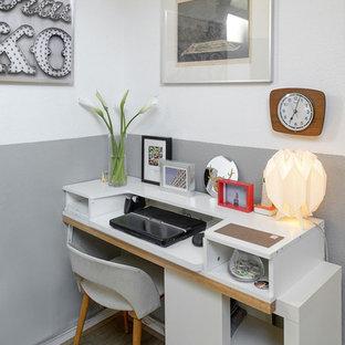 リヨンの小さい北欧スタイルのおしゃれな書斎 (グレーの壁、ラミネートの床、自立型机、ベージュの床) の写真