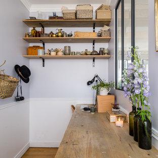 Idée de décoration pour un petit bureau nordique avec un mur gris, un sol en bois brun, aucune cheminée et un bureau indépendant.