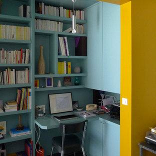 Immagine di un piccolo ufficio minimalista con pareti blu, pavimento con piastrelle in ceramica, nessun camino e scrivania incassata