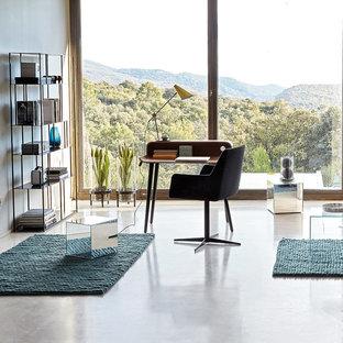 Réalisation d'un bureau minimaliste de taille moyenne avec un mur blanc, béton au sol, aucune cheminée et un bureau indépendant.