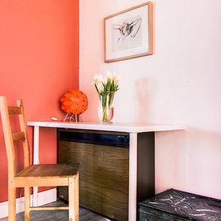トゥールーズのカントリー風おしゃれなホームオフィス・仕事部屋 (ライブラリー、オレンジの壁、ラミネートの床、標準型暖炉) の写真