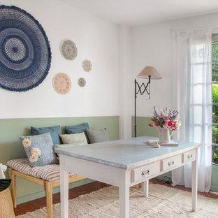 Inspiration för ett eklektiskt arbetsrum, med gröna väggar, tegelgolv och ett fristående skrivbord