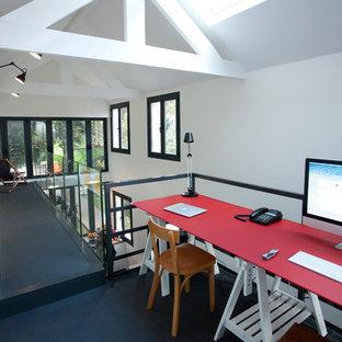 Cette photo montre un bureau tendance de taille moyenne avec un mur blanc et un bureau indépendant.