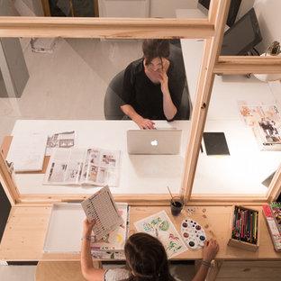 他の地域の小さいコンテンポラリースタイルのおしゃれな書斎 (白い壁、ラミネートの床、暖炉なし、自立型机、白い床) の写真