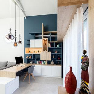 Inspiration pour un bureau design avec un mur bleu, un bureau intégré et un sol beige.