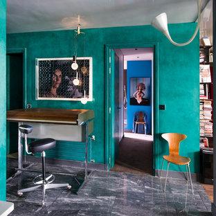 Réalisation d'un bureau bohème de taille moyenne avec aucune cheminée, un bureau indépendant et un mur bleu.
