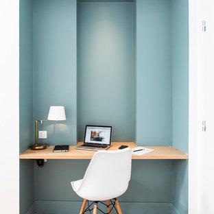 ボルドーのコンテンポラリースタイルのおしゃれなホームオフィス・仕事部屋 (青い壁、無垢フローリング、造り付け机、茶色い床) の写真