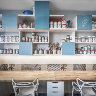 Idée de décoration pour un bureau atelier design de taille moyenne avec un bureau intégré.