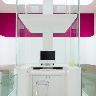 Cette image montre un petit bureau design avec un mur blanc et un bureau intégré.